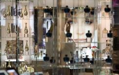 Le segment des parfums ciblant les jeunes de moins de 35 ans voit ses ventes grimper en France, tirant son épingle du jeu dans un marché qui demeure mal orienté. Ses ventes constituent aujourd'hui la locomotive du marché, avec une progression de 4% sur les huit premiers mois de l'année. /Photo d'archives/REUTERS/Fabrizio Bensch