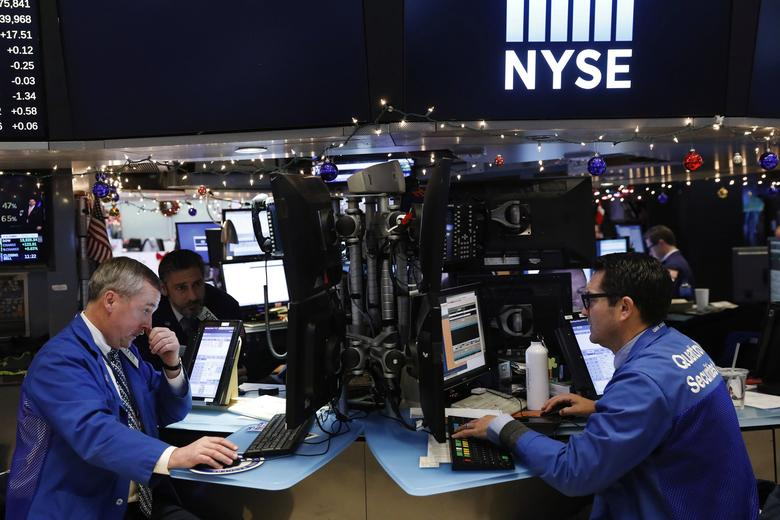 Traders work on floor of the New York Stock Exchange (NYSE) shortly before the close of trading in New York, U.S., December 13, 2016.  REUTERS/Lucas Jackson