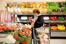 Женщина в супермаркете Виктория в Москве 20 октября 2016 года. Российский премьер Дмитрий Медведев, после консультаций с новым министром экономического развития Максимом Орешкиным, пришел к выводу, что инфляция в этом году составит 5,5 процента, а в следующем достигнет цели Центробанка - 4 процентов. REUTERS/Maxim Zmeyev