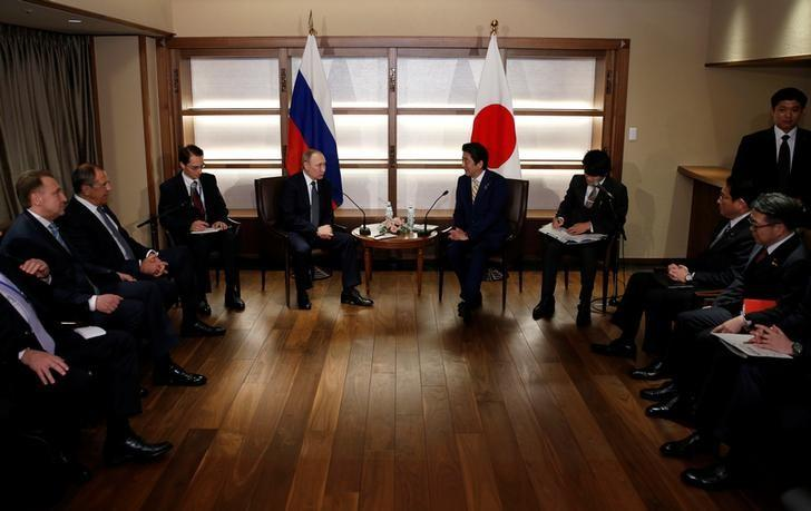 Russia's President Vladimir Putin (center L) talks with Japan's Prime Minister Shinzo Abe (center R) at the start of their summit meeting in Nagato, Yamaguchi prefecture, Japan, December 15, 2016.    REUTERS/Toru Hanai