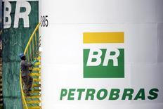 Funcionário pinta tanque da petroleira estatal Petrobras em Brasília, no Brasil 30/09/2015 REUTERS/Ueslei Marcelino/File Photo