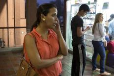 El estruendo de hierros retorcidos despertó una noche reciente a los vecinos de la zona industrial Guayabal, en las afueras de Caracas.  En la imagen de archivo una mujer habla por teléfono en un centro comercial en Caracas, Venezuela, tomada el 15 de septiembre 2015. REUTERS/Marco Bello