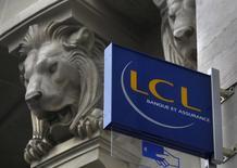 LCL prévoit de supprimer entre 750 et 850 postes d'ici à la fin 2018, soit environ 20% de ses fonctions administratives et de support, a déclaré jeudi une source syndicale à Reuters, confirmation une information publiée le même jour sur le site du quotidien Les Echos. /Photo d'archives/REUTERS/Mal Langsdon