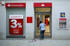 Imagen de archivo de una sucursal del banco Santander en Ronda, España, abr 1, 2016. El banco Santander Chile, la mayor institución financiera del país por activos, colocó el jueves bonos por el equivalente a  75 millones de dólares en el mercado local a cinco años, recursos que destinaría a para ampliar su cartera de créditos.  REUTERS/Jon Nazca
