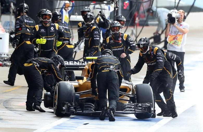 Britain Formula One - F1 - British Grand Prix 2016 - Silverstone, England - 10/7/16 Renault's Jolyon Palmer is pushed back to the pit stop after leaving without a rear tyre during the race REUTERS/Matthew Childs Livepic