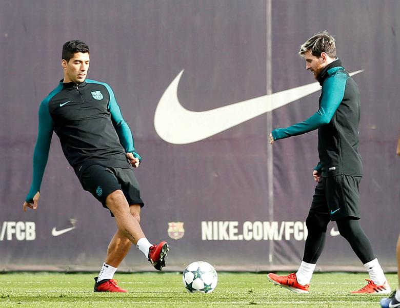 Barcelona's Lionel Messi and Luis Suarez attend a training session before the match against Borussia Moenchengladbach. REUTERS/ Albert Gea