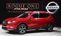 Nissan представляет модель Nissan Rogue Star Wars Edition 2017 на автошоу в Лос-Анжелесе. Японский автоконцерн Nissan Motor Co зафиксирует рекордные продажи в 2017 году, поскольку ускорение мирового экономического роста поддержит спрос в отрасли, компенсируя воздействие колебаний валютных курсов и цен на сырье, заявил глава компании Карлос Гон. REUTERS/Lucy Nicholson