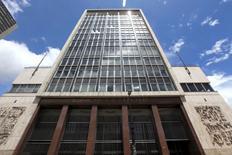 La sede del Banco Central de Colombia en Bogotá, abr 7, 2015. El Banco Central de Colombia redujo el viernes su tasa de interés en 25 puntos base a un 7,50 por ciento, una decisión que sorprendió al mercado, que esperaba que la dejara estable.  REUTERS/Jose Miguel Gomez