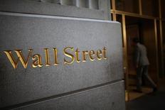Wall Street cerca de la bolsa de Nueva York, Estados Unidos,15 de junio 2012.Las acciones cerraron en baja el viernes en la bolsa de Nueva York, arrastradas por una caída de más del 4 por ciento en Oracle, mientras que los golpeados sectores bienes raíces y servicios públicos registraron los mayores avances. REUTERS/Eric Thayer