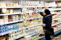 Покупательница в магазине Дикси в Москве. 20 октября 2016 года. ЦБР оценил годовые темпы трендовой инфляции в России в ноябре в 7,6 процента по сравнению с 7,9 процента в октябре. REUTERS/Maxim Zmeyev