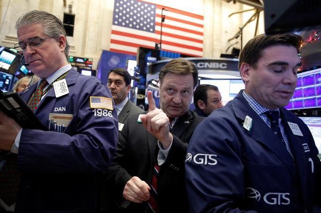 Traders work on the floor of the New York Stock Exchange (NYSE) in New York City, U.S., December 16, 2016.  REUTERS/Brendan McDermid