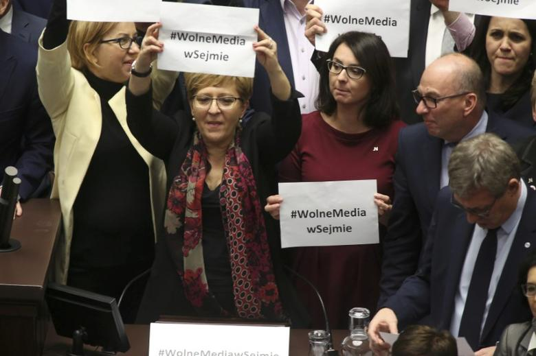 Polish opposition parliamentarians protest against the rules proposed by the head office of the Sejm, the lower house of parliament, ban all recording of parliamentary sessions except by five selected television stations and limits the number of journalists allowed in the building, in the Parliament in Warsaw, Poland December 16, 2016.  REUTERS/Slawomir Kaminski/Agencja Gazeta
