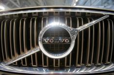 Volvo Car Group, filiale du chinois Geely, a annoncé mardi avoir levé cinq milliards de couronnes suédoises (512 millions d'euros), une étape supplémentaire en vue de son introduction en Bourse. /Photo d'archives/REUTERS/Maxim Shemetov