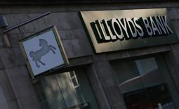 Lloyds Banking Group a annoncé mardi le rachat de la société de cartes de crédit britannique MBNA à Bank of America pour 1,9 milliard de livres (2,3 milliards d'euros) en numéraire, la banque britannique voulant ainsi réduire sa dépendance aux prêts immobiliers et doper ses bénéfices. /Photo d'archives/REUTERS/Andrew Winning