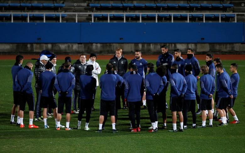 Football Soccer - Real Madrid training - Yokohama, Japan - 17/12/16 - Real Madrid's head coach Zinedine Zidane (3rd L) speaks to players during a training session ahead of the FIFA Club World Cup Final match against Kashima Antlers. REUTERS/Toru Hanai - RTX2VF6L