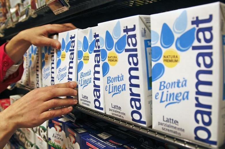 A worker checks cartons of milk in a supermarket in Rome April 1, 2011.  REUTERS/Max Rossi