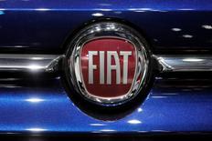 El logo de Fiat en un vehículo en exhibición en la Feria del Automóvil de París, sep 29, 2016. La Administración Nacional de Seguridad de Tráfico en Carreteras de Estados Unidos dijo el martes que lanzará una investigación sobre un millón de camionetas Ram y vehículos utilitarios nuevos de Fiat Chrysler tras recibir denuncias de que los autos seguían moviéndose tras ser estacionados.  REUTERS/Benoit Tessier
