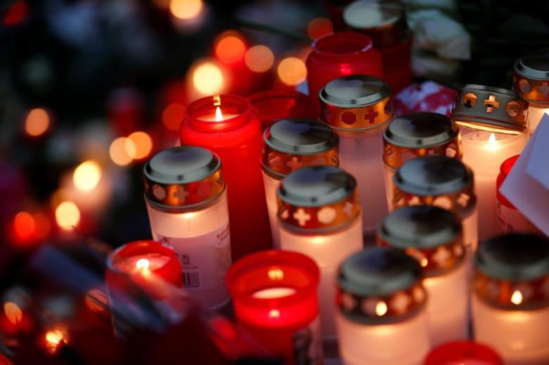 Candles burn at the Christmas market in Berlin, Germany, December 20, 2016, one day after a truck ploughed into a crowded Christmas market in the German capital.       REUTERS/Hannibal Hanschke