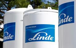 El logo del grupo Linde en un edficio de la firma en Múnich, ago 16, 2016. La compañía alemana Linde AG y su rival estadounidense Praxair Inc llegaron a un acuerdo en los aspectos clave para fusionarse en una operación de canje de acciones, que crearía un grupo productor de gases industriales con un valor de 65.000 millones de dólares.  REUTERS/Michaela Rehle