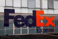 FedEx a publié mardi un bénéfice net trimestriel en hausse, gonflé par la croissance de toutes ses activités, mais inférieur aux attentes de Wall Street. /Photo prise le 18 octobre 2016/REUTERS/Philippe Wojazer
