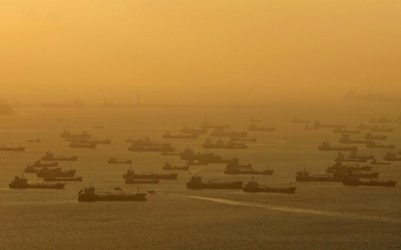 Shipping vessels and oil tankers line up on the eastern coast of Singapore July 22, 2015.  REUTERS/Edgar Su/File Photo