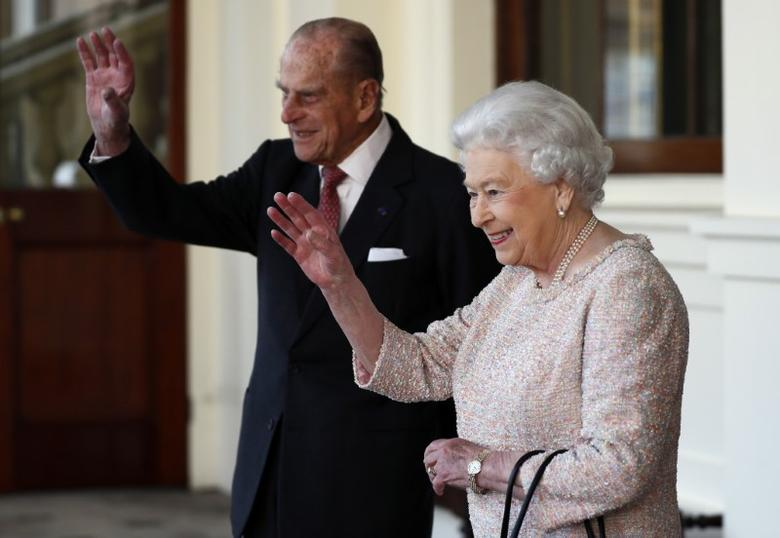 Britain's Queen Elizabeth and Prince Philip bid farewell to Colombia's President Juan Manuel Santos and his wife Maria Clemencia de Santos following their state visit, at Buckingham Palace in London, Britain November 3, 2016. REUTERS/Stefan Wermuth/File Photo