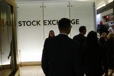 La Bourse de New York a ouvert mercredi sans grand changement, le Dow Jones restant proche des 20.000 points sans parvenir à les franchir pour la première fois. Le Dow Jones gagne 10,19 points, soit 0,05%, à 19.984,81 après cinq minutes de cotations. /Photo prise le 13 décembre 2016/REUTERS/Lucas Jackson