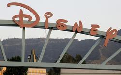 La division télévision de Walt Disney a annoncé mercredi son intention de créer des programmes pour Snapchat, l'éditeur de l'application de partage de photos et de vidéos accumulant ainsi les contrats avec les géants des médias américains. /Photo d'archives/REUTERS/Fred Prouser