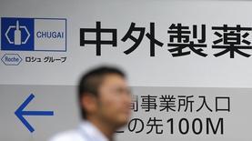 PharmaMar dijo el jueves que ha firmado un acuerdo de licencia con el grupo farmacéutico Chugai para comercializar su compuesto oncológico PM1183 en Japón. En la imagen, un hombre pasa ante un logo de Chugai Pharmaceutical Co en su fábrica de Tokio, el 18 de agosto de 2014. REUTERS/Toru Hanai