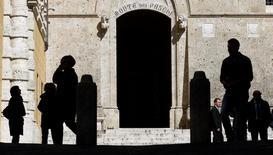 Le probable renflouement par l'Etat italien de Banca Monte dei Paschi di Siena comportera plusieurs étapes et prendra deux à trois mois. Le plan de sauvetage qui pourrait être annoncé dans la journée conserverait le principe d'une augmentation de capital de cinq milliards d'euros et aurait pour première étape d'apporter à la banque des garanties afin qu'elle puisse lever des fonds. /Photo d'archives/REUTERS/Max Rossi