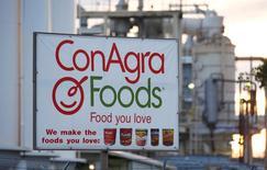 Conagra a fait état d'une baisse plus prononcée que prévu de son chiffre d'affaires du deuxième trimestre de l'exercice 2016-2017, à 2,09 milliards de dollars, le groupe agro-alimentaire ayant pâti de la vigueur du dollar et de la scission de certains actifs. /Photo d'archives/REUTERS/Fred Greaves