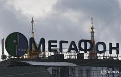 Реклама Мегафона на здании в Москве 27 февраля 2016 года. Второй по доле рынка в России телекоммуникационный оператор Мегафон сообщил в пятницу, что договорился со структурами основного акционера Mail.ru о покупке 63,8 процента голосующих акций интернет-компании. REUTERS/Grigory Dukor