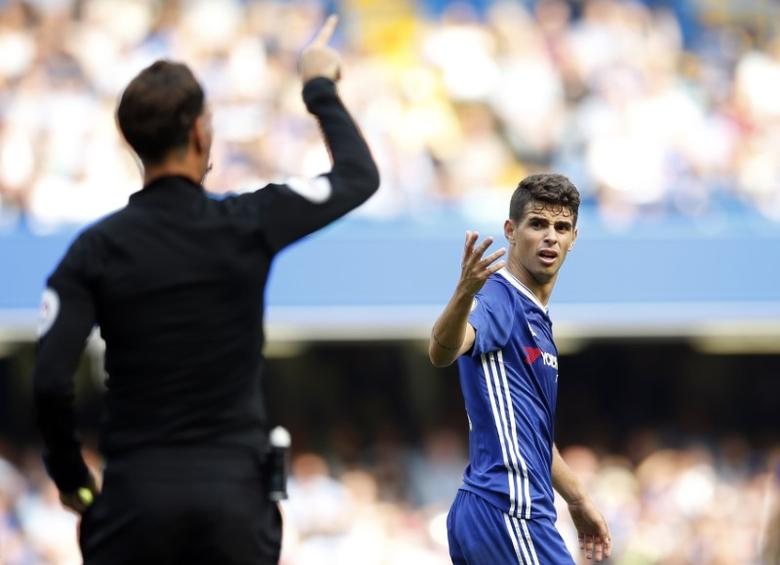 Football Soccer Britain - Chelsea v Burnley - Premier League - Stamford Bridge - 27/8/16Chelsea's Oscar reacts after being booked by referee Mark ClattenburgAction Images via Reuters / Andrew CouldridgeLivepic