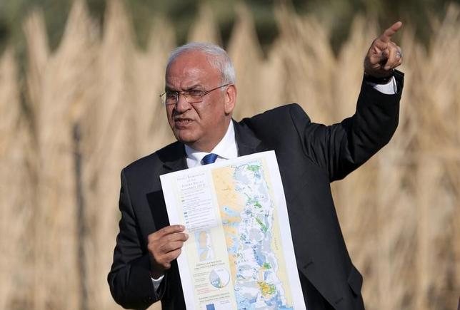 Palestinian Chief negotiator Saeb Erekat holds a map as he speaks to media about the Israeli plan to appropriate land, in Jordan Valley near the West Bank city of Jericho, January 20, 2016.  REUTERS/Mohamad Torokman