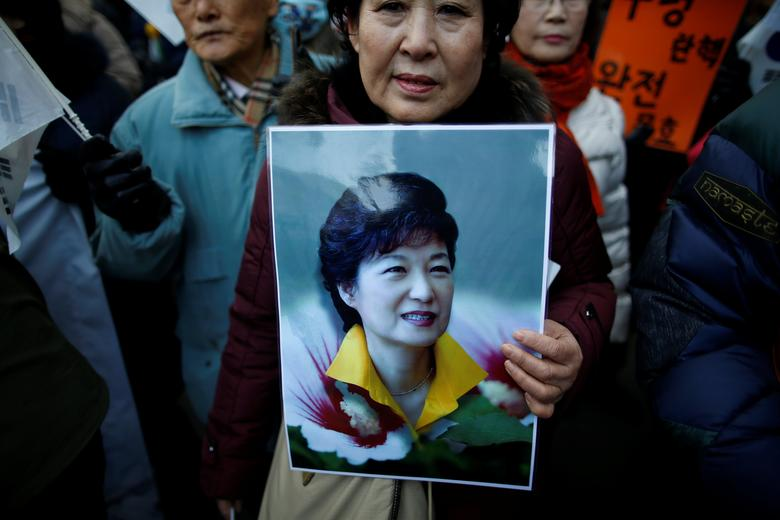 A supporter holds a portrait of South Korean President Park Geun-hye during a protest opposing her impeachment near the constitutional court in Seoul, South Korea, December 17, 2016.  REUTERS/Kim Hong-Ji