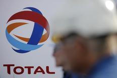 La filiale brésilienne de Total prévoit d'investir un milliard de dollars (956 millions d'euros) par an dans la première économie d'Amérique latine. Total a annoncé la semaine dernière avoir signé avec Petrobras un accord portant sur la reprise d'actifs du groupe brésilien, dans l'amont et dans l'aval, représentant une valeur de 2,2 milliards de dollars (2,1 milliards d'euros). /Photo d'archives/REUTERS/Stephane Mahe