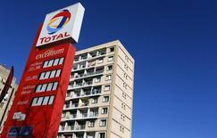 Un logo de la compañía francesa de gas y petróleo Total en Marsella, Francia. 11 de febrero 2015. Total E&P do Brasil, la unidad de la petrolera francesa Total SA, planea invertir 1.000 millones de dólares al año en la mayor economía de América Latina, dijo el director de la operación, Maxime Rabilloud, al diario Valor Econômico.    REUTERS/Jean-Paul Pelissier