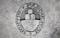 El Gobierno italiano inyectará probablemente unos 6.500 millones de euros para el rescate del tercer banco del país en tamaño, Monte dei Paschi di Siena, informaron el martes tres fuentes cercanas al asunto.   En esta imagen de archivo, el logo del banco Monte dei Paschi di Siena en el suelo en Siena, Italia, el 5 de noviembre de 2014. REUTERS/Giampiero Sposito/File Photo