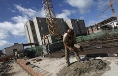 Un obrero en la construcción de un complejo de edificios en Olinda, Brasil, mayo 7, 2010. Un índice de la actividad de construcción de viviendas en Brasil, muy seguido por el mercado, se mantuvo en octubre en mínimos de 12 años, un reflejo de cómo la recesión está dañando la confianza de quienes pueden querer comprar una casa.  REUTERS/Bruno Domingos