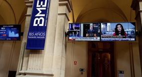 La bolsa española corregía posiciones el miércoles en otra sesión navideña de escasa actividad, con ventas en valores financieros y de telecomunicaciones, e interés comprador en títulos vinculados con las materias primas.  En la imagen, pantallas de televisión en la Bolsa de Madrid, en España, el 24 de junio de 2016.  REUTERS/Andrea Comas