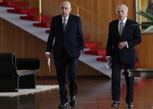 Ministro da Fazenda, Henrique Meirelles, caminha ao lado do presidente Michel Temer no Palácio da Alvorada,  em Brasília 22/12/ 2016. REUTERS/Adriano Machado