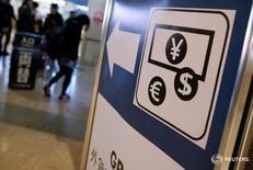 Указатель на пункт обмена валюты в аэропорту Нарита близ Токио 25 марта 2016 года. Доллар ослаб к иене в четверг под давлением снижения доходности американских облигаций, которая скатилась до двухнедельного минимума, а также слабеющего аппетита к риску, что поддержало японскую валюту. REUTERS/Yuya Shino/File Photo