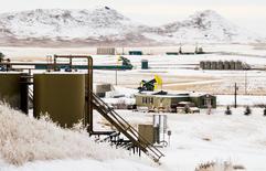 Champ de production de pétrole à Watford City, dans le Dakota du nord. L'année 2017 devrait être marquée par une reprise des investissements des spécialistes américains du pétrole de schiste dans l'exploration et la production, la remontée des cours incitant les banques à rouvrir les robinets du crédit après deux ans de régime sec. /Photo d'archives/REUTERS/Andrew Cullen/File Photo