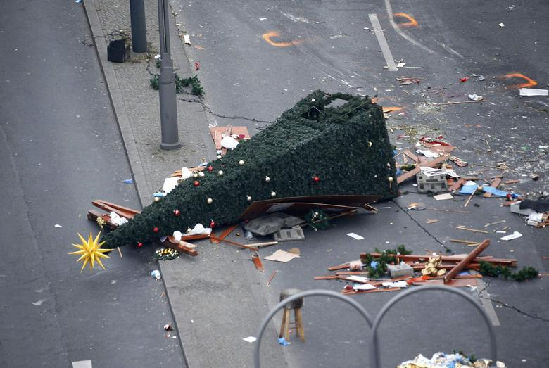 A christmas tree lays on the street beside the empty Christmas market in Berlin, Germany, December 21, 2016, after a truck ploughed through a crowd at the Christmas market on Monday night.    REUTERS/Hannibal Hanschke