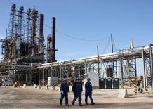 Рабочие на НПЗ LyondellBasell в Хьюстоне, Техас. Цены на нефть прервали двухдневное ралли и стабилизировались в четверг после выхода данных Американского института нефти (API) о неожиданном росте запасов в США.  REUTERS/Donna Carson/File Photo