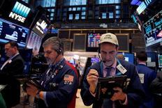 Wall Street a fini en petite baisse jeudi pour son avant-dernière séance de l'année, ayant effacé ses gains initiaux sous la pression des valeurs financières. L'indice Dow Jones des 30 grandes valeurs a cédé  13,90 points ou 0,07% à 19.820,47 dans de faibles volumes. Le Standard & Poor's-500, plus large, a perdu 0,66 points, soit 0,03%, à 2.249,26 et le Nasdaq Composite a reculé de 6,47 points (0,12%) à 5.432,09. /Photo prise le 21 décembre 2016/REUTERS/Andrew Kelly
