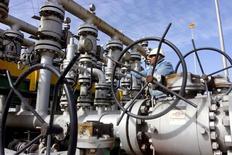 Рабочий проверяет вентили на НПЗ Аль-Шейба в Басре. Цены на нефть продолжают положительную динамику в ходе утренних торгов в пятницу и готовятся показать самый большой годовой рост в процентах с 2009 года благодаря заключённому в начале декабря глобальному пакту о сокращении добычи.   REUTERS/Essam Al-Sudani/File Photo