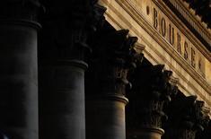 Les Bourses européennes évoluent sans grand changement à la mi-séance vendredi. À Paris, le CAC 40 grignote 0,02% (0,87 points) à 4.839,34 vers 12h30 GMT. À Francfort, le Dax abandonne 0,08% et à Londres, le FTSE en hausse de 0,32%, à un record historique de 7.142,83 points, et de 14% sur l'année. /Photo d'archives/REUTERS/Christian Hartmann