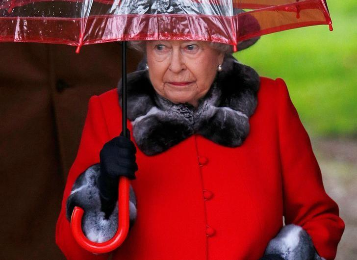 FILE PHOTO: Britain's Queen Elizabeth leaves after attending the Christmas Day service at church in Sandringham, eastern England, December 25, 2015.  REUTERS/Peter Nicholls/File Photo
