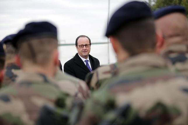 French President Francois Hollande (Rear) inspects a group of French soldiers at the Iraqi Counter Terrorism Service Academy on the Baghdad Airport Complex in Baghdad, Iraq, January 2, 2017 at the start of a one-day visit. REUTERS/Christophe Ena/Pool